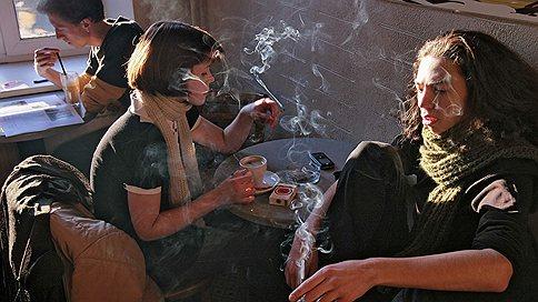 Госдума в I чтении приняла законопроект о штрафах за курение  / в общественных местах