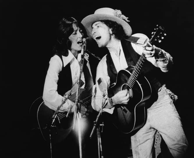 На фото: Боб Дилан со своей невестой Джоан Баэз, политической активисткой и фолк-исполнительницей, в 1975 году. Также Джоан была исполнительницей песен Дилана, которые он писал специально для нее. Музыкант был дважды женат, у него пятеро детей
