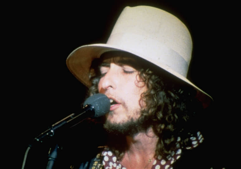 Во время знаменитого концерта в Манчестере в 1965 году, который являлся частью турне по Великобритании, кто-то из толпы крикнул Бобу Дилану «Иуда!», намекая на его отход от написания песен протестного содержания. На этот выпад участники The Band, с которыми он гастролировал, ответили исполнением композиции «Like A Rolling Stonе». Этот шестиминутный трек положил конец той эпохе, когда синглами не выпускались песни, длившиеся более трех минут. В 2004 году песня была признана лучшей в списке «500 лучших песен всех времен» журнала Rolling Stones