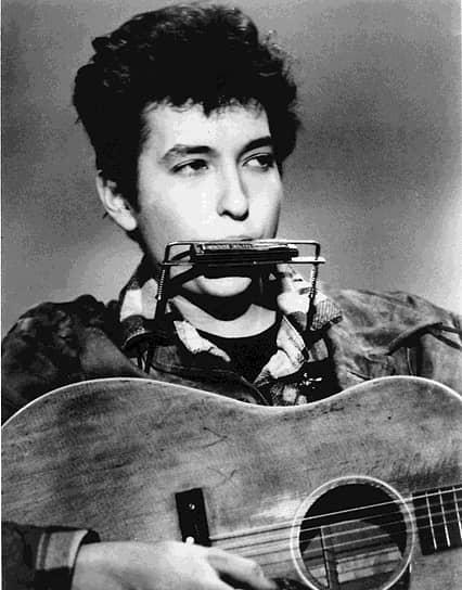 В детстве Боб часто слушал музыкальные передачи и пробовал писать собственные стихи. Его кумиром был Вуди Гатри и в самом начале музыкальной карьеры большая часть репертуара Боба Дилана состояла из композиций этого музыканта. В феврале 1962 года вышел дебютный альбом «Bob Dylan», который состоял в основном из перепевок песен классического фолк- и блюз-репертуара. Собственных песен Дилана в нем было только две
