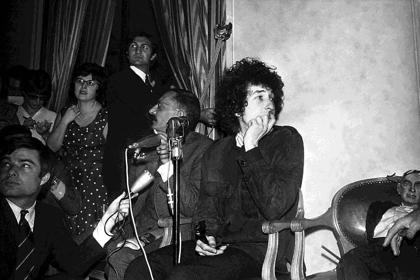 «The Freewheelin Bob Dylan» — второй альбом Боба Дилана, полный протестных песен с политическим подтекстом. Он стал культовым среди поклонников фолк-музыки