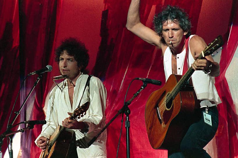 В 1985 году Боб Дилан и гитарист Rolling Stones Кит Ричардс (справа) выступили вместе. Дилану принадлежит знаменитая фраза: «Если бы Кит Ричардс не существовал, рок-н-ролл выдумал бы его»