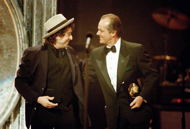 Актер Джек Николсон не раз признавался, что Дилан — его любимый музыкант. В 1969 году им довелось поработать вместе в фильме «Беспечный ездок», в котором Николсон исполнил одну из главных ролей, а Дилан выступил в качестве композитора <br>На фото: Боб Дилан и Джек Николсон (справа) на церемонии «Грэмми», 1991 год