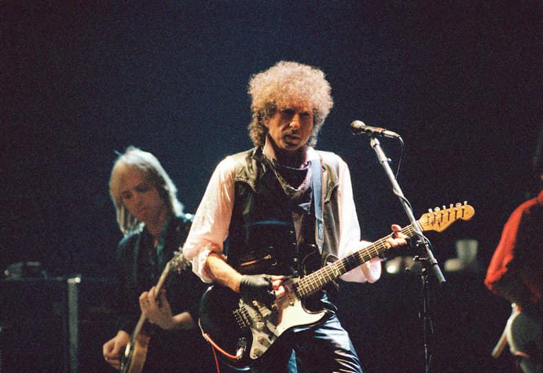В 1988 году музыкант объявил, что начинает «бесконечное турне» («Never Ending Tour»). Он планировал играть по 200 концертов в год и не перестает выступать, хоть и в меньших масштабах, и сейчас. В настоящее время в рамках «бесконечного турне» сыграно уже около 3 тыс. концертов