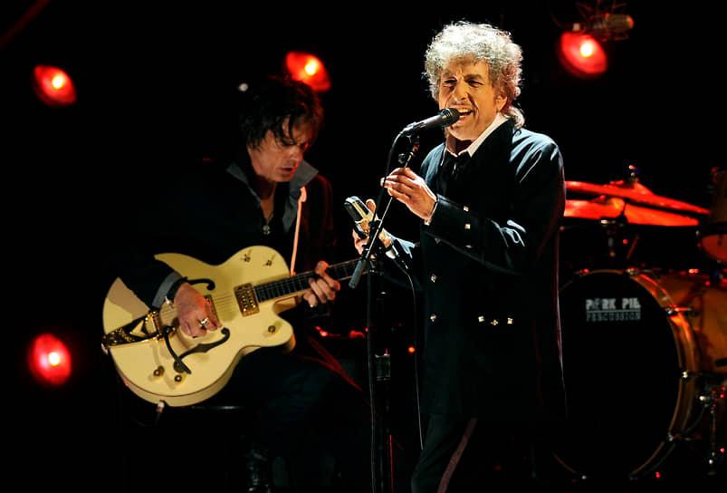 Боб Дилан — обладатель множества наград, в том числе Пулитцеровской премии, полученной в апреле 2008 года «за выдающееся влияние на популярную музыку и американскую культуру, отмеченное лирическими композициями исключительной поэтической силы»