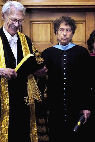 В 2004 году Боб Дилан получил степень доктора музыкальных искусств. В том же году состоялась презентация первой части дилановской автобиографии «Хроники». Спустя год известный голливудский режиссер Мартин Скорсезе представил документальный фильм «Нет пути домой» о жизни и творчестве молодого Дилана