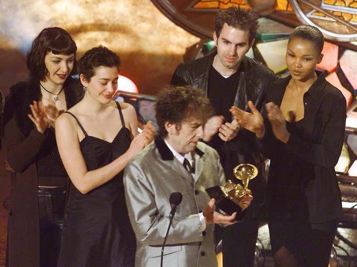 В 1997 году Боб Дилан выпустил первый после затяжного творческого кризиса альбом — «Time Out Of Mind», за который в начале 1998 года получил три награды «Грэмми», в том числе за «альбом года»