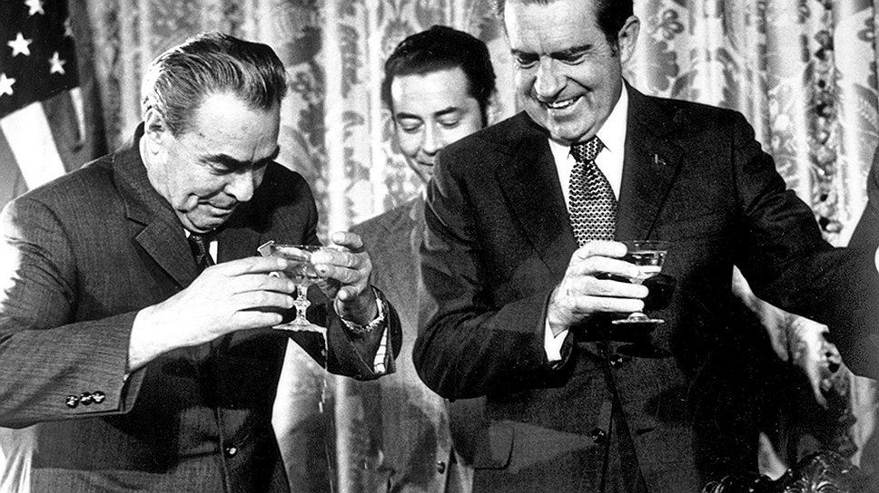 На XXIV съезде КПСС в 1971 году Леонид Брежнев сообщил, что некоторые товарищи в политбюро предлагали ему в последний момент отменить визит Ричарда Никсона, поскольку США активизировали бомбардировки Северного Вьетнама, но он настоял на своем