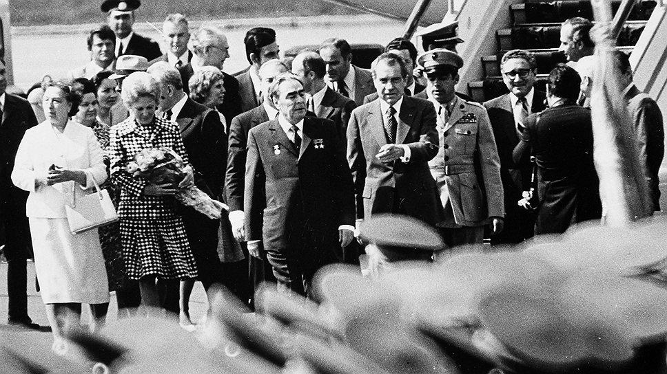 В Москве кортеж Ричарда Никсона  встретили заранее отобранные представители общественности с лозунгами «Не воевать, а торговать!»