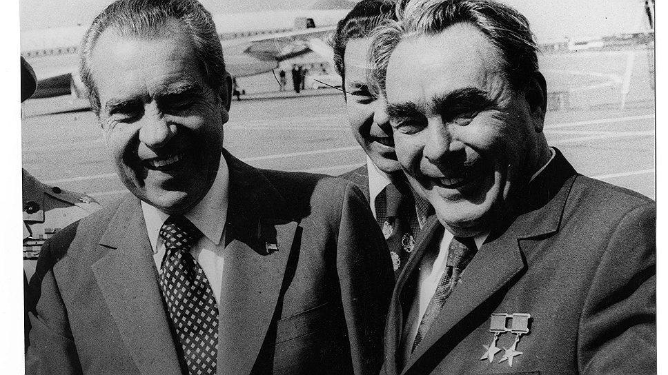 Президент США Ричард Никсон (слева) и генеральный секретарь ЦК КПСС Леонид Брежнев во время встречи в аэропорту
