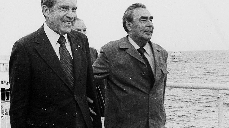 Президента США провожали под музыку из песни «Я шагаю по Москве» в исполнении военного оркестра. Когда Ричард Никсон и его жена Патриция уже поднялись на борт, случилась заминка. У самолета обнаружилась проблема с двигателем, и американскому президенту пришлось пересесть на другой борт