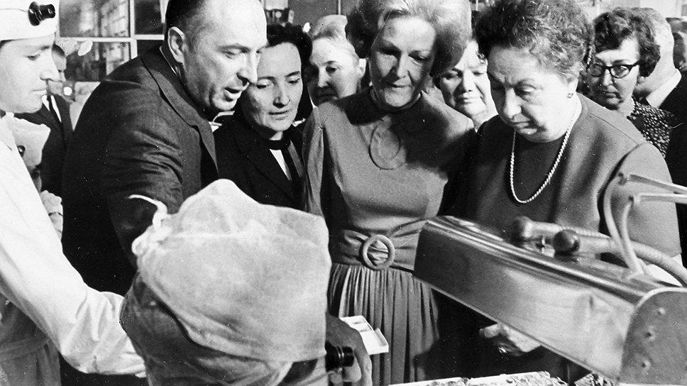 Специально для Патриции Никсон в Московском Кремле провели экскурсию по выставке якутских алмазов, в ходе которой супруге президента США рассказали о мастерстве русских ювелиров. В книге отзывов свои впечатления она резюмировала так: «Я высоко ценю ваше гостеприимство»