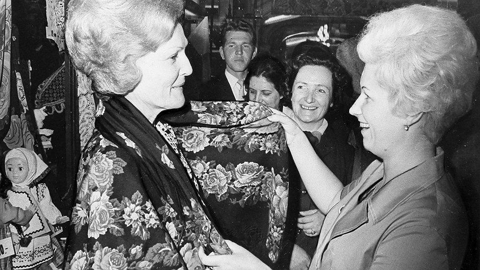 Супруга президента США Патриция Никсон (слева) во время посещения магазина «Подарки»