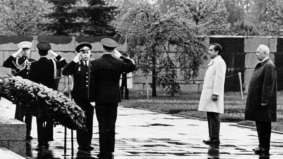 По воспоминаниям американского журналиста Уолтера Кронкайта, соглашение об ограничении стратегических вооружений между СССР и США было подписано накануне посещения Пискаревского кладбища в Ленинграде — одного из мест массовых захоронений жертв блокады Ленинграда и воинов Ленинградского фронта