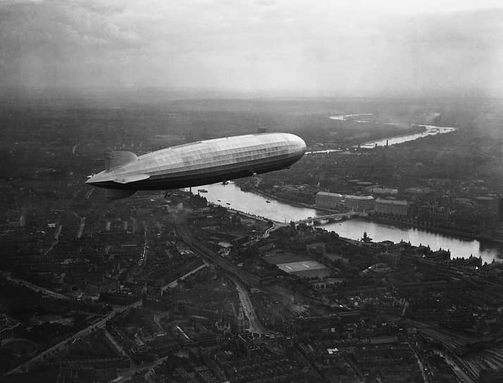 В 1928 году произошло первое в истории кругосветное путешествие на дирижабле. Немецкий «Граф Цепеллин» на тот момент являлся крупнейшим и наиболее передовым дирижаблем в мире <br>На фото: «Граф Цеппелин» в небе над Лондоном
