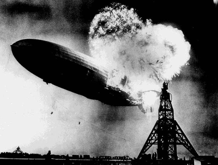 Конец «золотого века» дирижаблестроения наступил в 1937 году после катастрофы дирижабля «Гинденбург», выполнявшего рейс из Германии в США. Дирижабль, выпущенный годом ранее, на момент постройки был самым большим воздушным судном в мире и мог перевозить до 72 пассажиров на скорости до 135 км/ч <br>На фото: катастрофа «Гинденбурга»