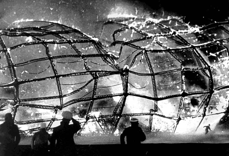 При посадке аппарата произошло возгорание, и дирижабль рухнул на землю в окрестностях Нью-Йорка, сгорев дотла менее чем за минуту. Погибли 35 из 97 человек на борту (13 пассажиров и 22 члена экипажа) и еще один рабочий на земле. Крушение «Гинденбурга» фактически стало концом коммерческого использования дирижаблей в транспортных целях