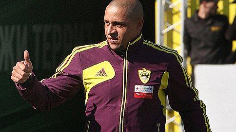 Роберто Карлос хочет остаться в «Анжи»  / В роли второго тренера при Гусе Хиддинке