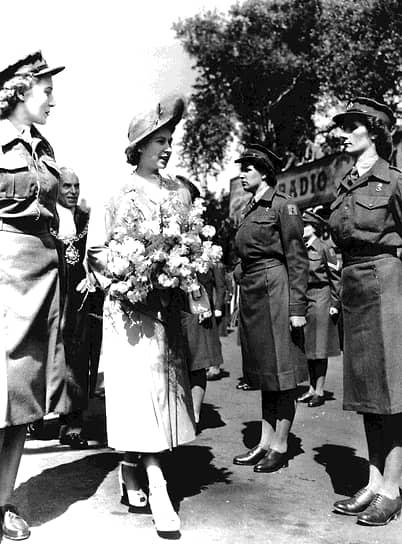 «Люди должны видеть меня, чтобы верить мне» <br>В 1940 году 13-летняя принцесса впервые выступила с радиообращением к детям, пострадавшим во время Второй мировой войны, а в 1943-м состоялось ее первое самостоятельное появление на публике — визит в полк гвардейских гренадеров. Годом позже Елизавета получила статус государственного советника и с тех пор имела право выполнять функции короля в случае его отсутствия или недееспособности