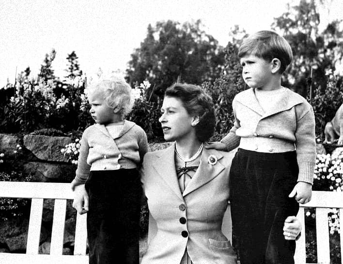 «Дети ужасно своенравны: рождаются только тогда, когда абсолютно готовы к появлению в нашем мире» <br>Первенец Елизаветы и Филиппа принц Чарльз родился в 1948 году. Спустя два года на свет появилась принцесса Анна. В 1960 году у королевы родился второй сын, принц Эндрю, a в 1964-м — третий , принц Эдуард <br>На фото: Елизавета с Чарльзом и Анной