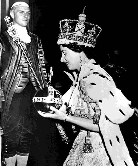 Торжественную коронацию королевы Елизаветы в Вестминстерском аббатстве 2 июня 1953 года в прямом эфире смотрели более 27 млн человек