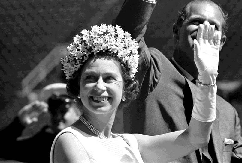 Первое зарубежное турне королева совершила по странам Британского Содружества наций, колониям Великобритании. В 1957 году Елизавета нанесла первый визит в США и выступала на заседании Генассамблеи ООН. В 1991 году она стала первым монархом, выступившим на совместной сессии палат Конгресса США
