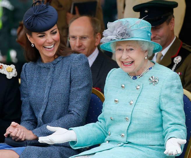В 2011 году женился внук Елизаветы II Уильям. Избранницей 28-летнего принца стала его давняя подруга Кейт Миддлтон (на фото). Королева даровала молодоженам титул герцога и герцогини Кембриджских