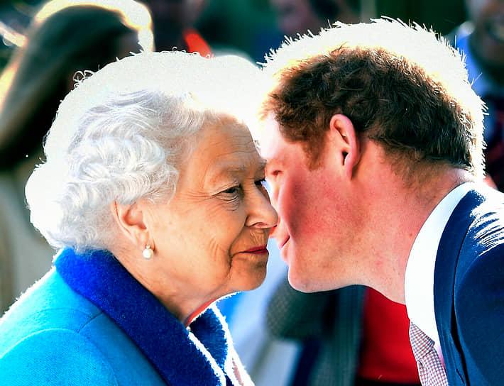 В 2017 году стало известно о помолвке внука королевы принца Гарри (на фото). Его невестой стала американская актриса Меган Маркл, известная по сериалу «Форс-мажоры». Свадьба состоялась 19 мая 2018 года в Виндзоре. В январе 2020 года супруги объявили, что отказываются от исполнения обязанностей членов королевской семьи. Это событие получило название «Мегсит»