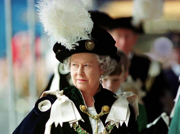 Королевская семья неоднократно подвергалась нападениям радикалов. Террористами был убит дядя мужа Елизаветы II лорд Луис Маунтбеттен. В 1981 году удалось пресечь покушение на принца Чарльза: полиция перехватила адресованный ему конверт с бомбой. В том же году королева участвовала в церемонии освещения нового знамени. После нескольких холостых выстрелов лошадь, испугавшись, чуть не сбросила ее с седла. Стрелка обвинили в госизмене и приговорили к пяти годам тюрьмы. В 2014 году, как сообщала газета The Sun, в Лондоне по подозрению в подготовке покушения на королеву были задержаны четыре исламиста