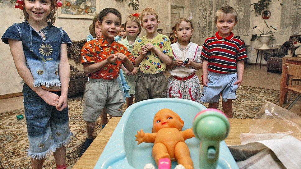 Детский дом. Дети в игровой комнате