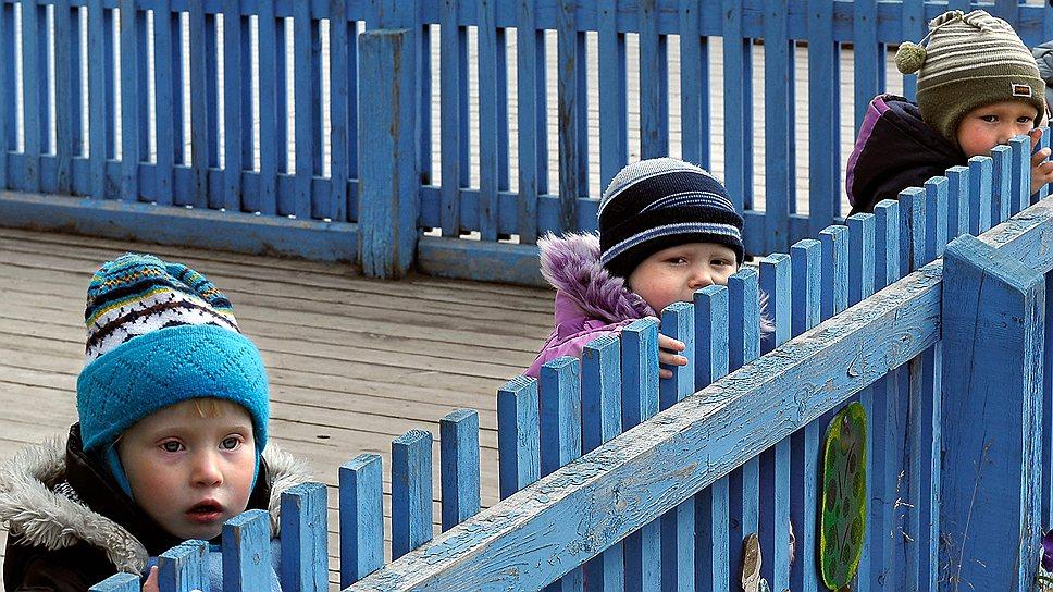Маленькие дети-сироты в Доме малютки во время прогулки