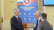 Сергей Собянин (слева) при подаче документов в Мосгоризбирком для участия в прямых выборах на должность столичного градоначальника