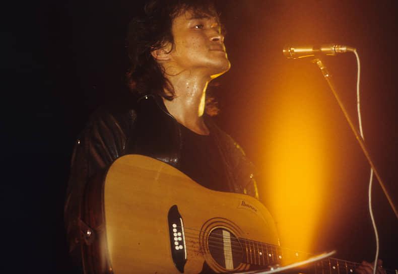 «Витька был упорным и трудолюбивым человеком,— писал Алексей Рыбин.— Кое-какие песни у него рождались очень быстро, но над большей частью того, что было написано им в период с 1980 по 1983 год, он сидел подолгу, меняя местами слова, проговаривая вслух строчки, отбрасывая лишнее и добавляя новые куплеты, чтобы до конца выразить то, что он хотел сказать. На уроках в своем ПТУ он писал массу совершенно дурацких и никчемных стишков, рифмовал что попало, и это было неплохим упражнением, подготовкой к более серьезной работе»<br>Второй альбом группы, «46», был записан уже без участия Алексея Рыбина, который покинул группу