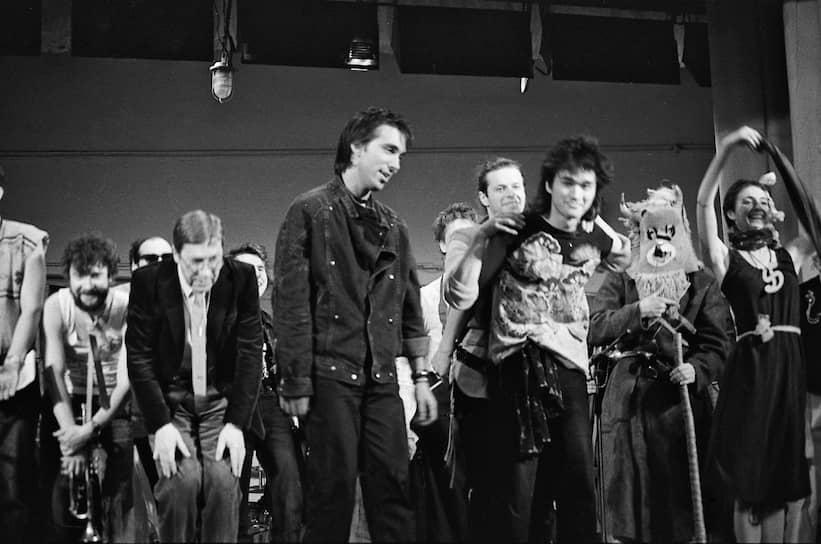 Альбом был записан в 1982 году и получил название «45» — именно столько составляла  продолжительность его звучания<br>На фото (на переднем плане слева направо): музыкант Сергей Курехин, лидер группы «Аквариум» Борис Гребенщиков и лидер группы «Кино» Виктор Цой