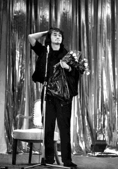 В начале 1980-х «Кино» представляло из себя акустический дуэт Виктора Цоя и Алексея Рыбина под названием «Гарин и гиперболоиды», исполнявший биг-бит и буги с текстами, напоминавшими дворовые песни — искренними, немного прямолинейными и энергичными одновременно