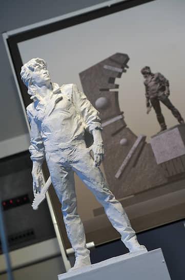В 2016 году санкт-петербургский градостроительный совет обсуждал проект постоянного памятника Виктору Цою, который планировали установить к 26-й годовщине гибели музыканта. Однако позднее в совете заявили, что открытие памятника перенесено на неопределенное время<br>На фото: проект памятника музыканту