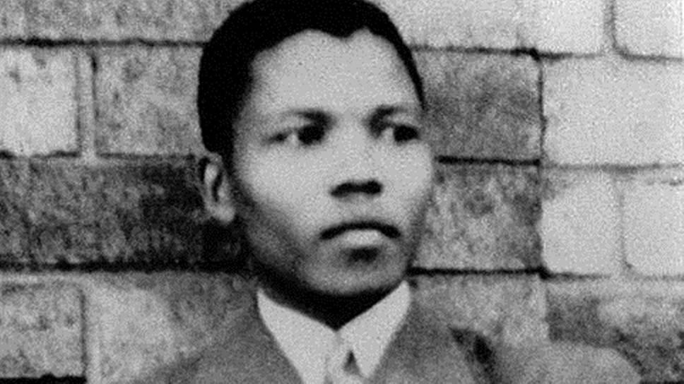 Нельсон Мандела родился 18 июля 1918 года в деревне Мвезо региона Транскей в Восточной Капской провинции Южной Африки. При рождении он, один из 13 детей вождя племени тембу, получил имя Ролихлахла, что означает «трясущий деревья». Из-за сложности в произношении школьный учитель стал называть его Нельсоном — в честь британского адмирала