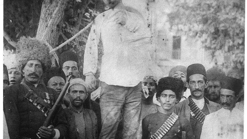 1917 год. Казнь в Иране. В Иране и Афганистане смертная казнь применяется до сих пор. В XX веке некоторые руководители этих государств были повешены, в том числе афганский президент Наджибулла (повешен талибами в 1996 году на автокране)