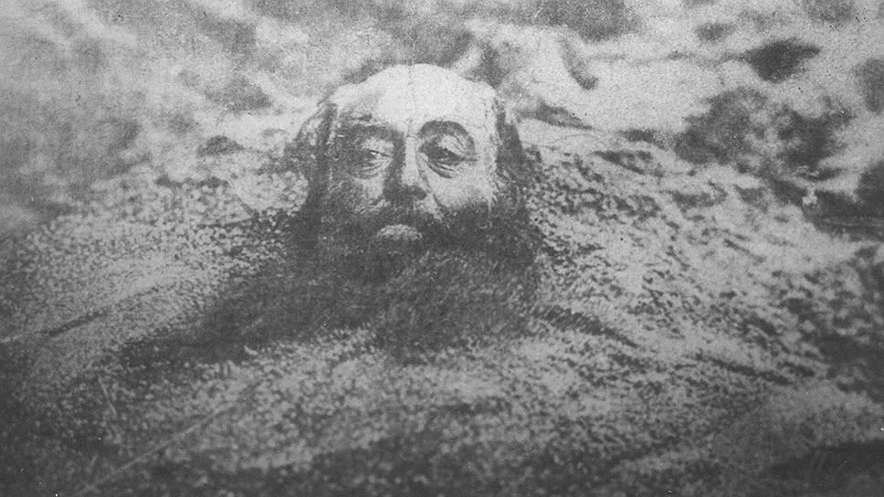 1900 год. Казнь через закапывание. В России применялась, в частности, к женщинам-мужеубийцам. Их закапывали по горло, иногда по грудь, прохожим запрещалось подходить и помогать чем-либо. Смерть наступала через три-четыре дня