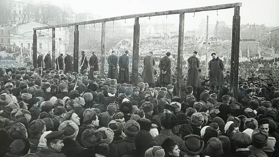 Фотография с выставки «Идет война народная», открытой к 60-летию Победы в Великой Отечественной войне