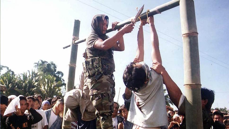 1997 год. Казнь члена Исламистского либерального фронта (Манила). В исламе, согласно законам шариата, лица, совершившие умышленное убийство, педофилы, гомосексуалисты, лесбиянки, колдуньи, гадалки, экстрасенсы, должны быть казнены
