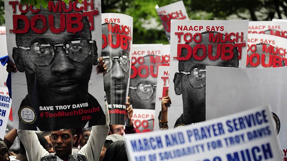 Казнь афроамериканца Троя Дэвиса, которого многие считали невиновным, привлекла особое внимание в мире к применению высшей меры наказания в США. Дэвис был приговорен к смертной казни в 1991 году, приговор привели в исполнение в 2011-м. После его смерти в США и европейских столицах прошли многочисленные акции протеста