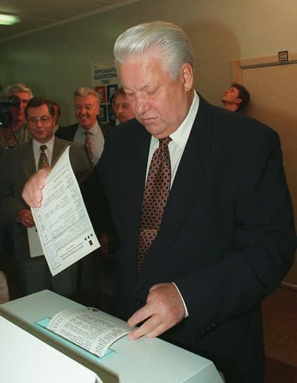 16 июня 1996 года в первом туре выборов Борис Ельцин набрал 35,32%, а Геннадий Зюганов — 32,03%. Явка составила 69,8%