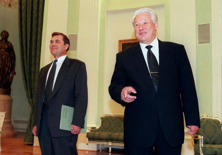 Генерал Александр Лебедь (на фото слева), выдвинутый кандидатом в президенты Конгрессом русских общин, получил в первом туре выборов 14,5% голосов. Не попадая во второй тур, он призвал своих избирателей голосовать за Ельцина, а взамен получил пост секретаря Совета безопасности РФ