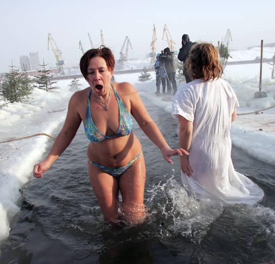 Женщин в бикини можно увидеть даже во время Крещенских купаний