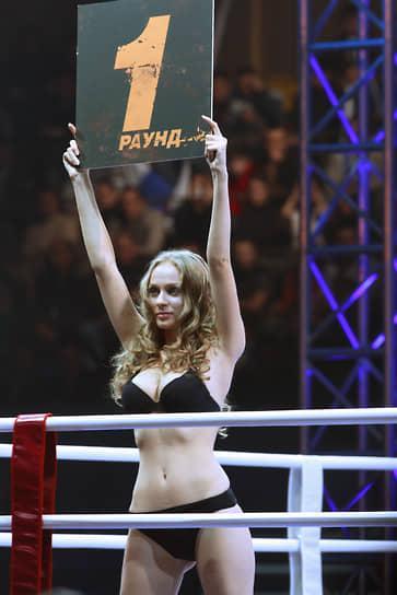 Бикини является «рабочей» одеждой так называемых «ринг-герлз» в боксе и других боевых искусствах. В последние годы эта традиция вызывала все больше протестов феминисток, и на некоторых турнирах была отменена