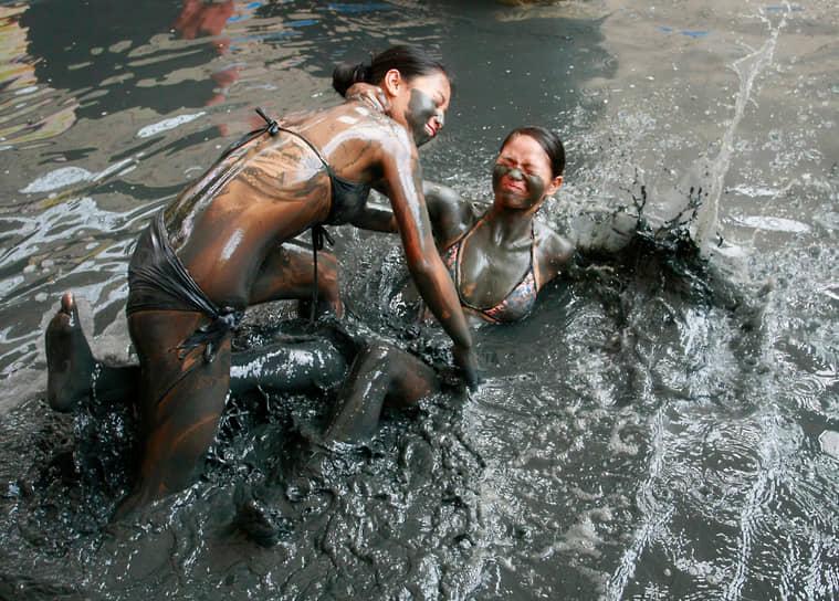 В купальниках можно не только плавать в воде, но и драться в грязи