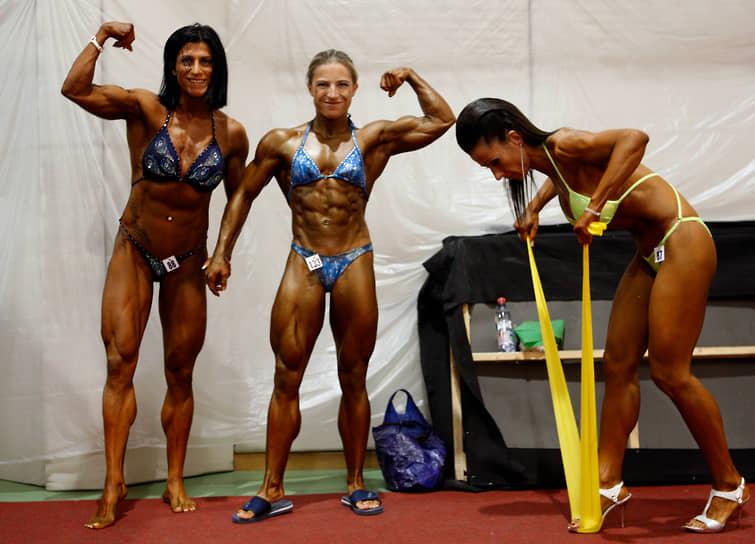 Бикини является также официальной формой для участниц соревнований по бодибилдингу  <br> Слева направо: Анита Хегедус, Петра Шебени и Агнес Мудра