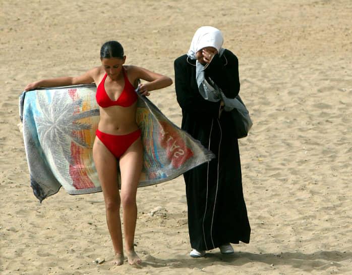 Девушки носят бикини даже в мусульманских странах <br>На фото: две подруги на пляже в Алжире