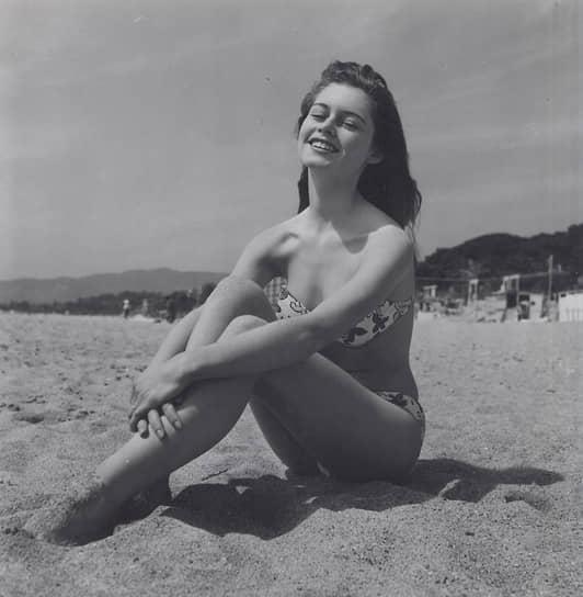 После того, как героиня Брижит Бардо в фильме «И Бог создал женщину» (1956) появилась на экране в бикини, популярность купальника резко выросла